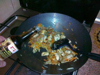 Kurczak w sosie sojowo-grzybowym - dodawanie sosy sojowo-grzybowego