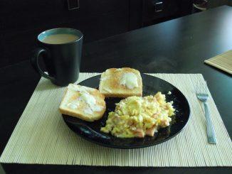 Jajecznicza, tosty i poranna kawa z mlekiem