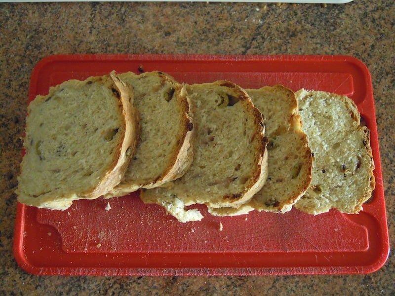 Domowy chleb z oliwkami i cebulką