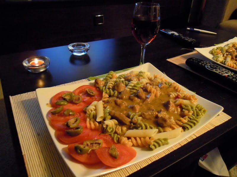 Z cyklu Domowe obiadki - schabowy z frytkami z sałatką z pomidorów i ogórka