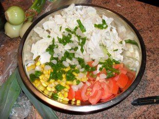 Sałatka warzywna z sosem czosnkowym