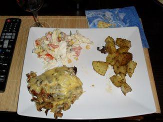Pieczona karkówka z pieczarkami, cebulą i serem