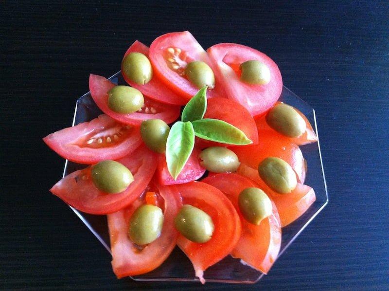 Pomysł na przystawkę z pomidorów i oliwek