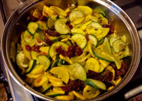 Tarta z cukinia - duszenie warzyw