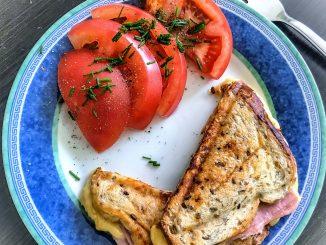 Śniadanie - tosty z szynką i mozzarellą