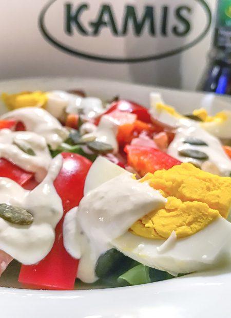 Wielkanocna sałatka z szynką i jajkami