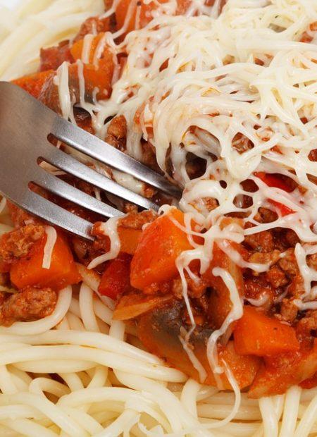 Spaghetti bolognese z mięsem mielonym, papryką i pieczarkami
