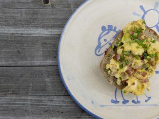 Jajecznica z szynką, cebulą i szczypiorkiem