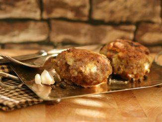 Wołowe klopsiki z serem mozzarella w pomidorowym sosie