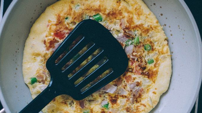 Omlet ze szczypiorkiem, szynką, pieczarkami i pomidorkami koktajlowymi