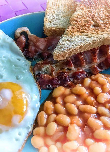 Śniadanie angielskie - fasolka, boczek i jajko sadzone