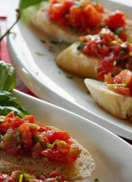 Bruschetty z pomidorami i mozzarellą