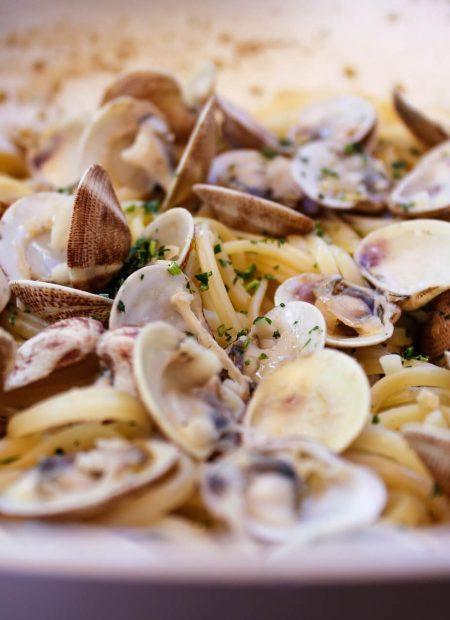 Makaron spaghetti z małżami z pietruszką w winno-maślanym sosie