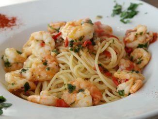 Makaron spaghetti z krewetkami i papryczką chili