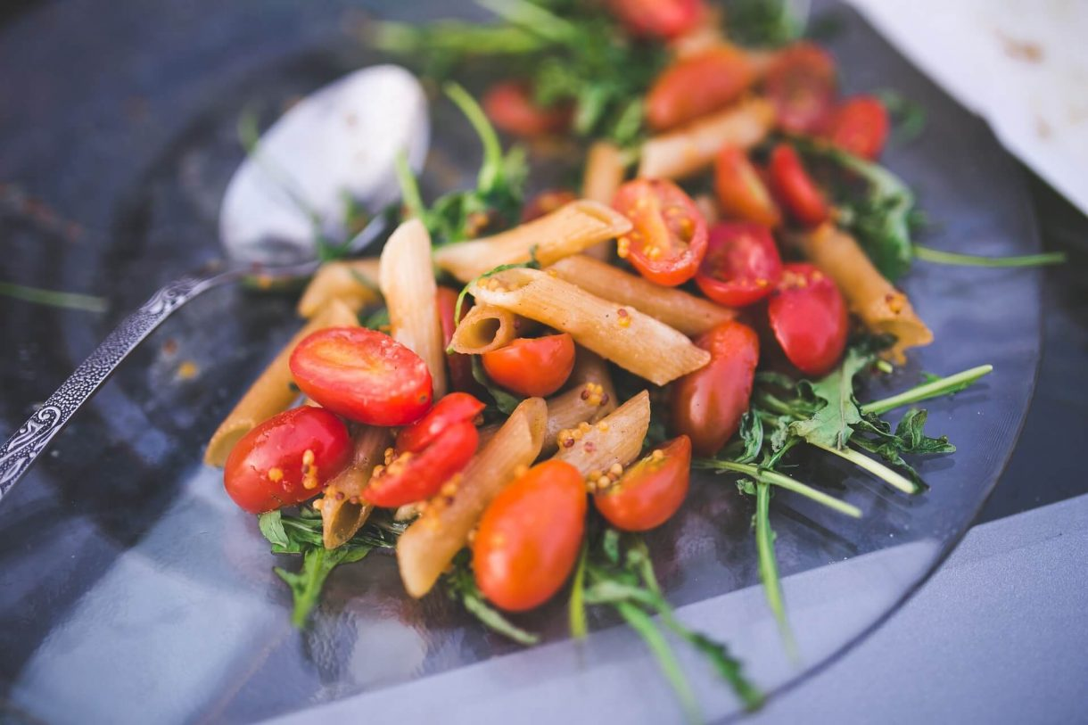 Makaronowa sałatka z rukolą i pomidorami