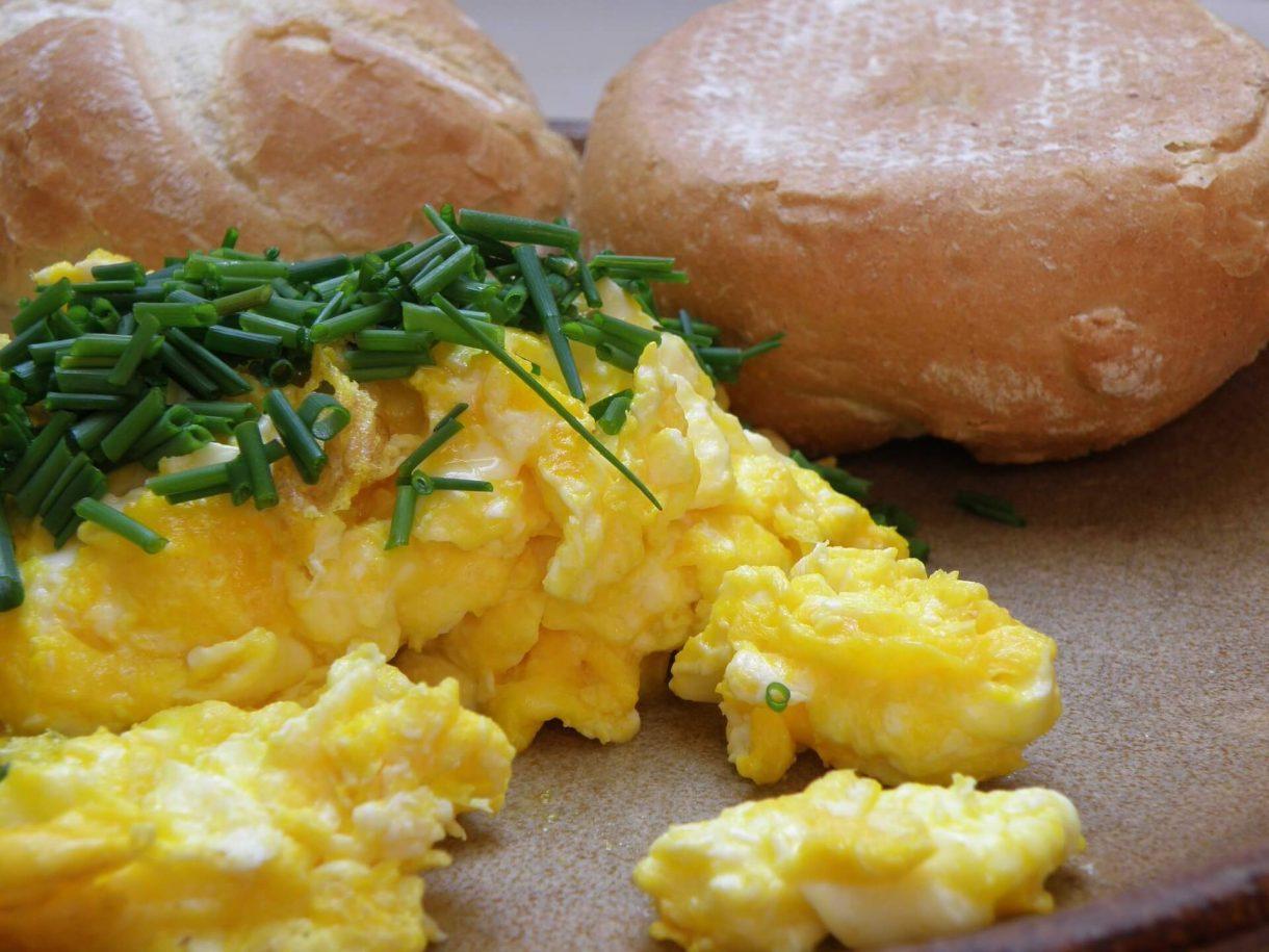 Klasyczna jajecznica z kajzerką