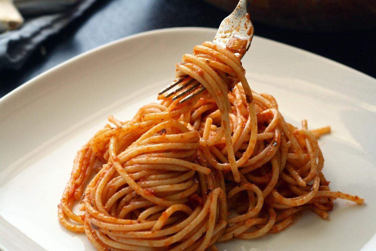 Prosty makaron z sosem pomidorowym