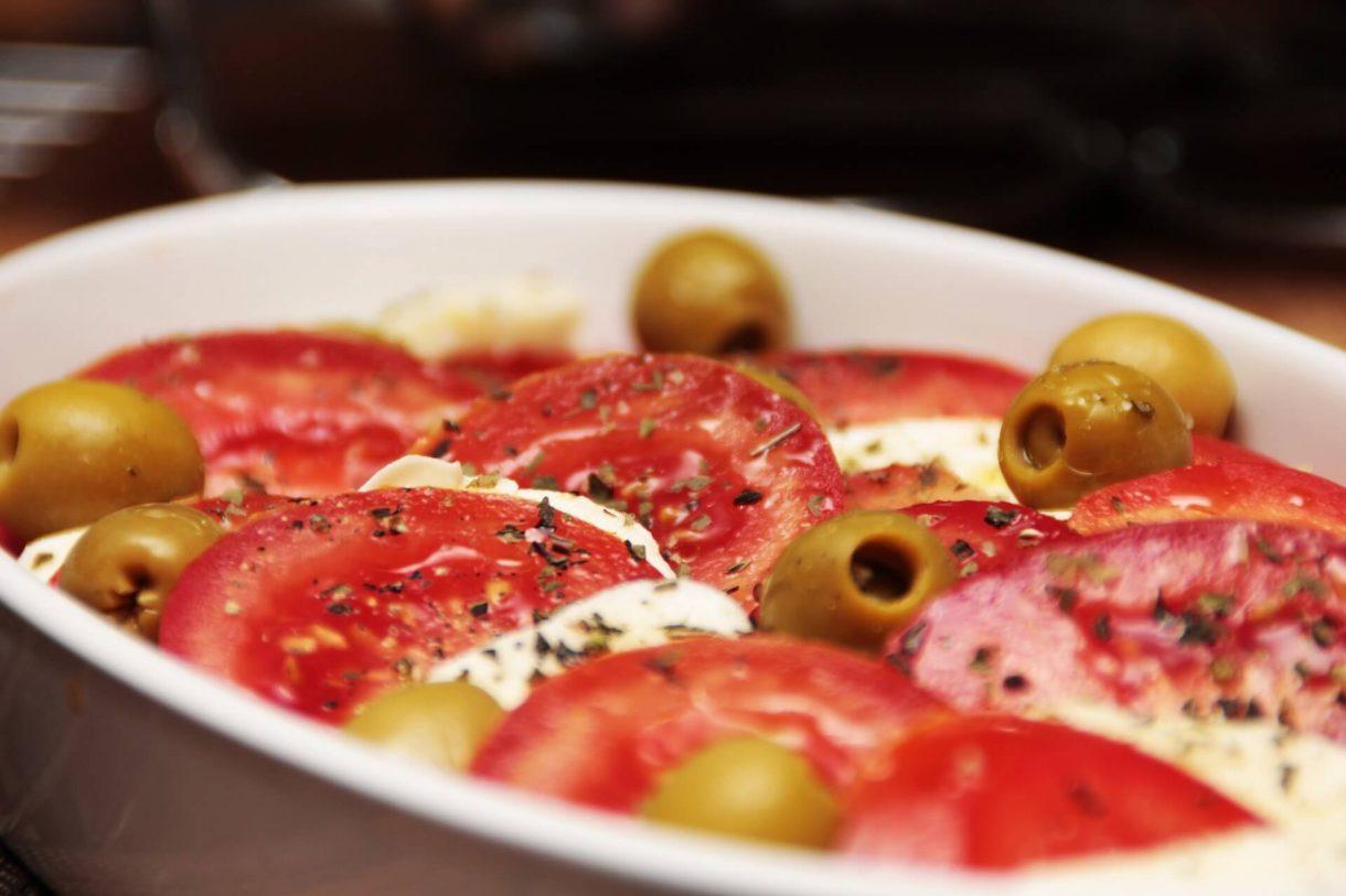 Zapiekane pomidory z mozzarellą i oliwkami