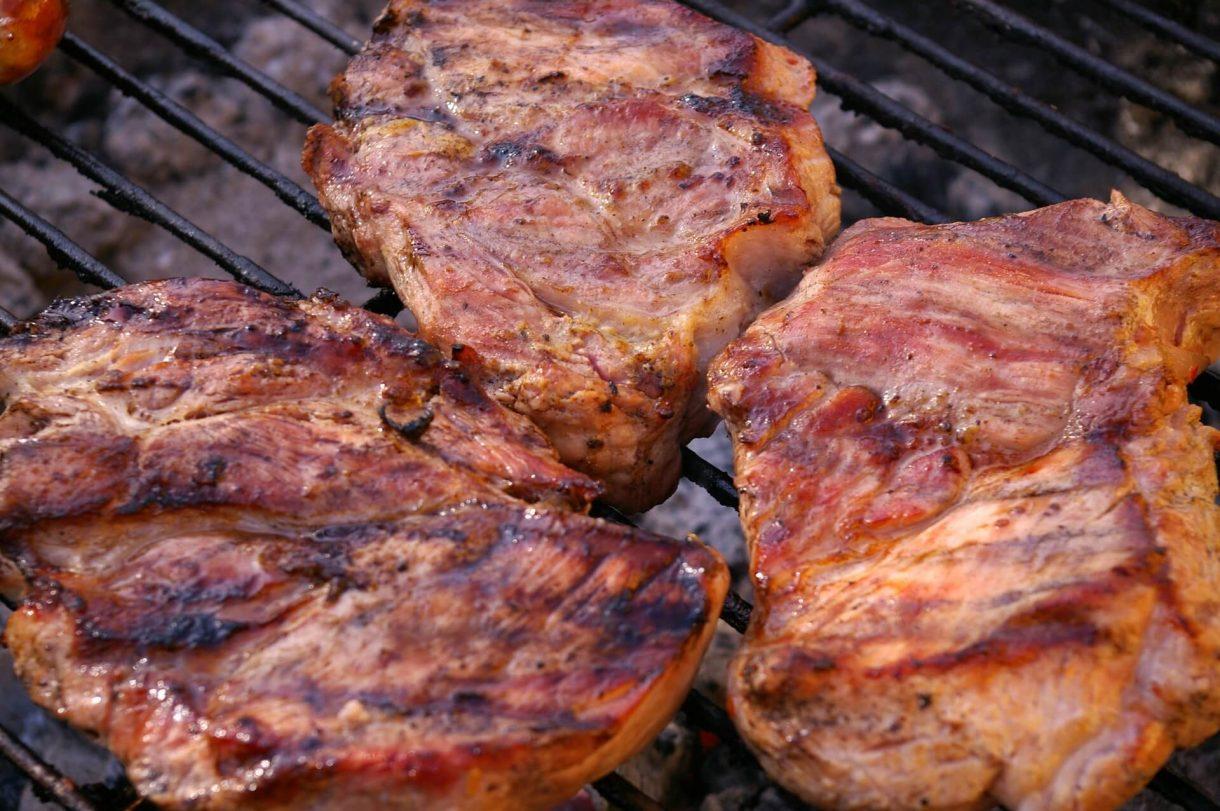 Klasyczna karkówka z grilla to zaraz po kurczaku jedno z najbardziej popularnych dań przygotowywanych na grillu.