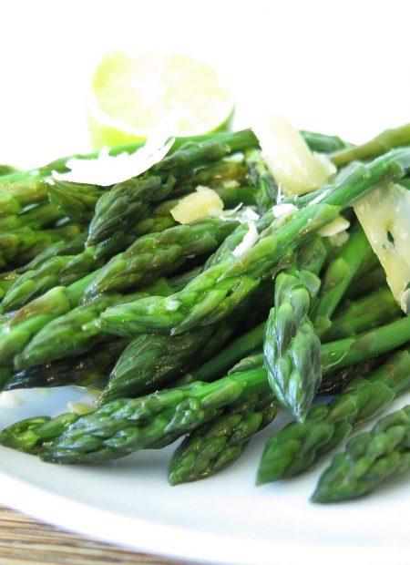 Gotowane zielone szparagi z parmezanem