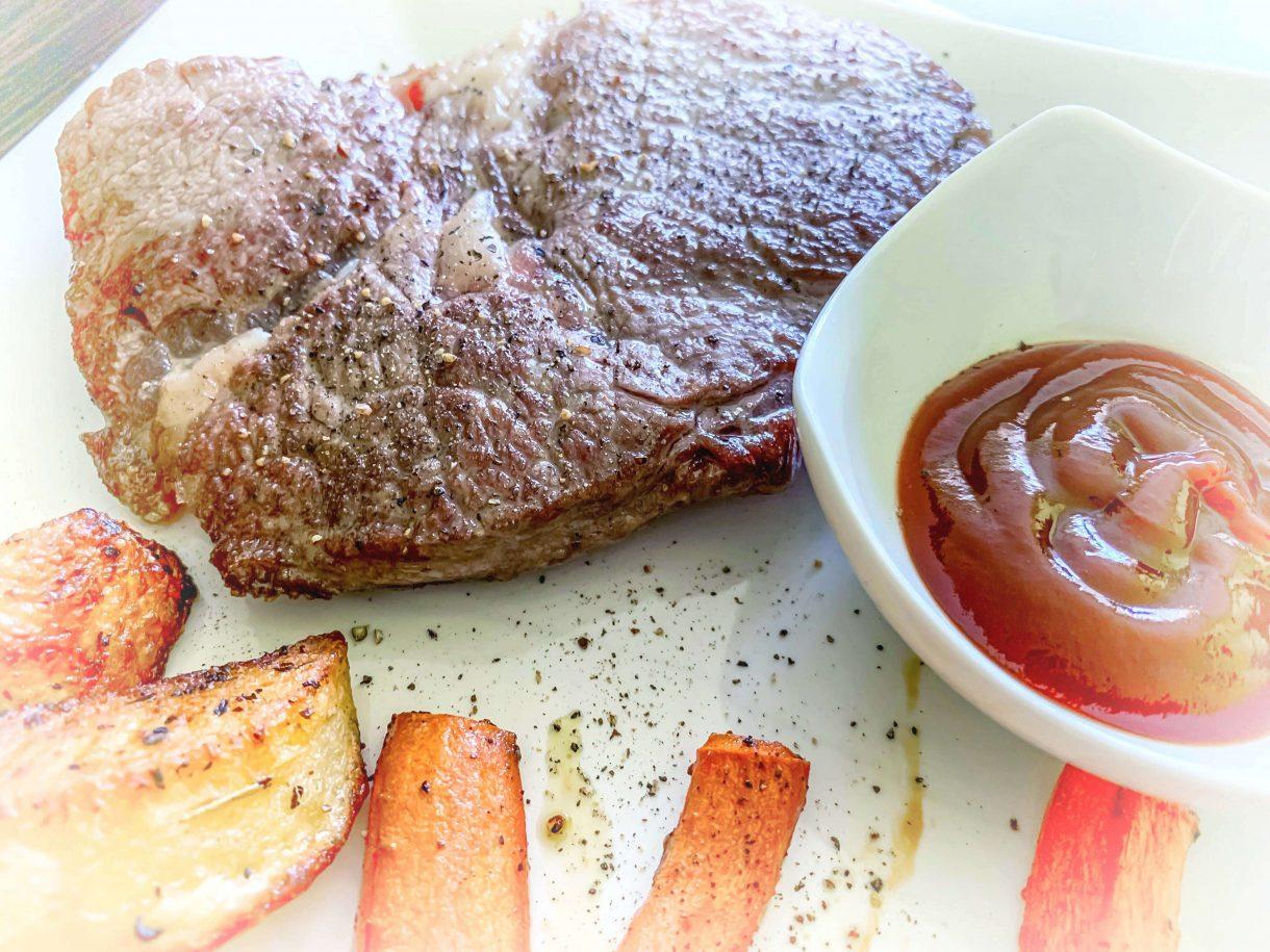 Stek z pieczonymi ziemniakami i słodką marchewką