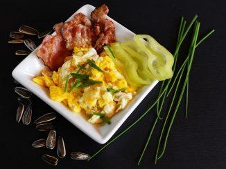 Pomysł na śniadanie - jajecznica, boczek