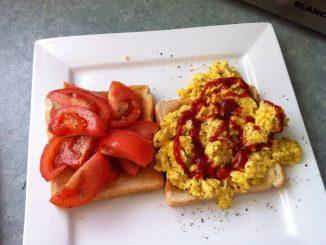 Pomysł na śniadanie - jajecznica z ketchupem