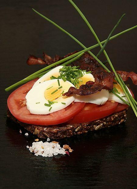 Kanapka z pomidorem, jajkiem i grillowanym boczkiem