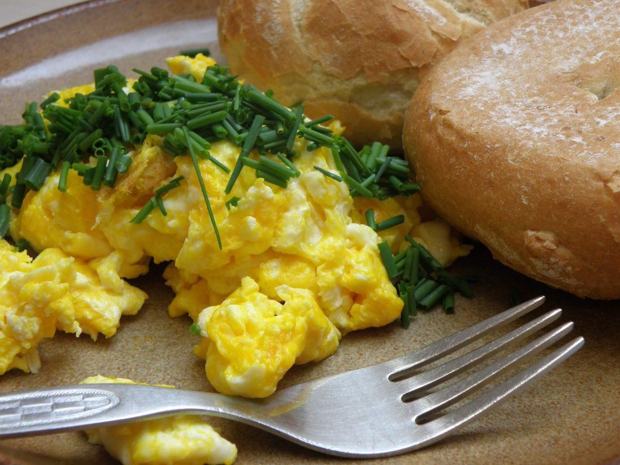 Puszysta jajecznica ze szczypiorkiem