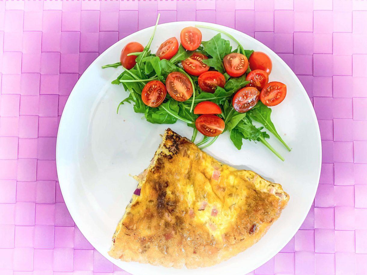 Omlet z szynką, serem żółtym z sałatką z rukoli