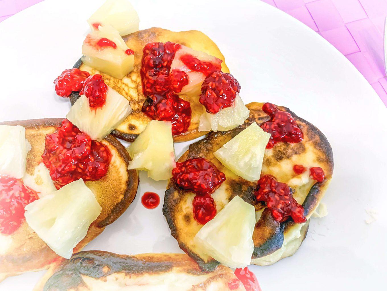 Placuszki z ricottą, ananasem i musem malinowym