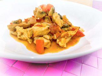 Kurczak w sosie paprykowo- pomidorowym
