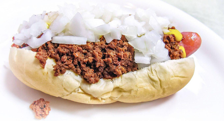 Hot-dog z mięsem mielonym i cebula