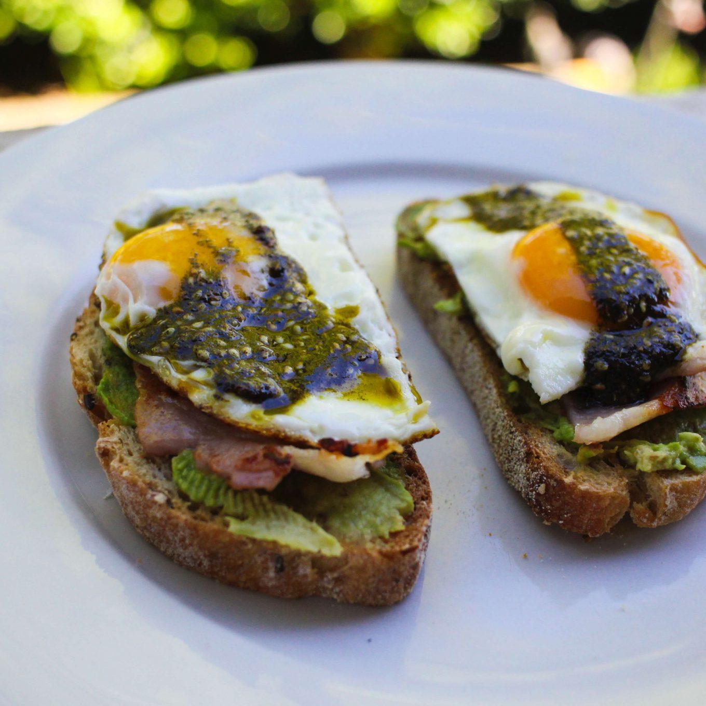 Zdrowa kanapka z awokado i jajkiem sadzonym
