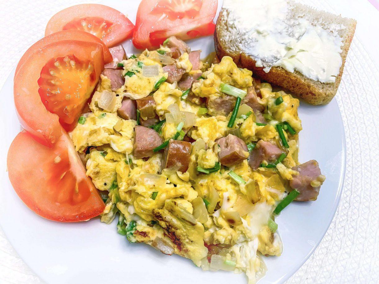 Jajecznica z kiełbasą, szczypiorkiem i smażone pomidory