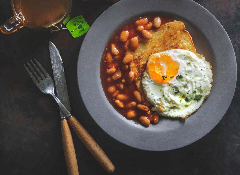 Fasolka, jajko na twardo, tost - prawdziwe brytyjskie śniadanie