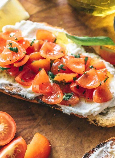 Kanapka z serkiem i sałatką z pomidorów