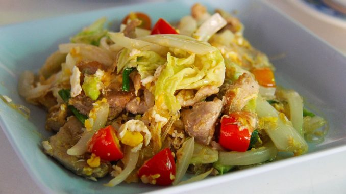 Pad Thai z kurczakiem i kapustą