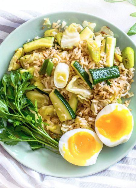 Brązowy ryż z cukinią i selerem