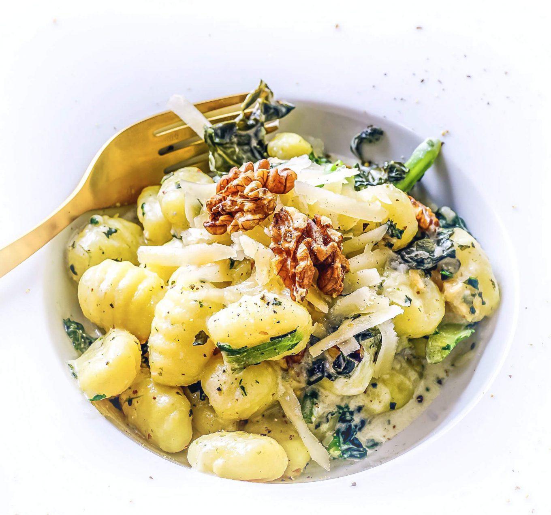 Makaron ze szpinakiem i szparagami w sosie śmietanowym