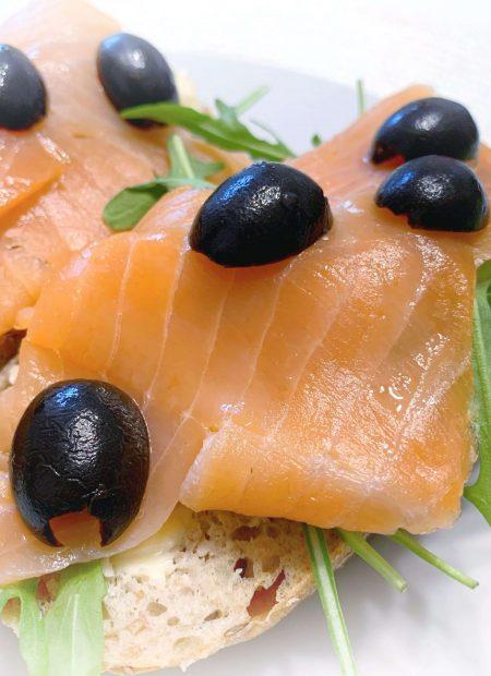 Zdrowe kanapki z łososiem i oliwkami