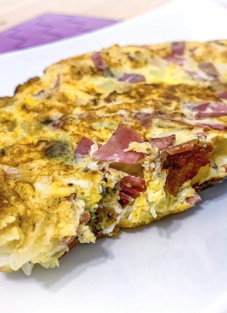 Omlet z szynką, pomidorami i cebulą