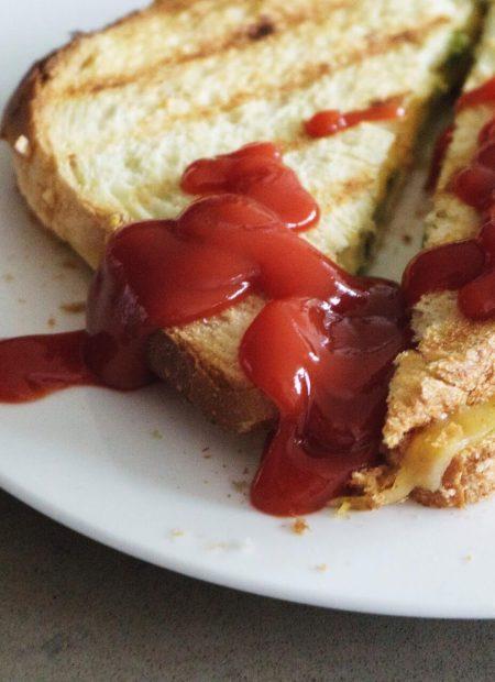 Tosty z żółtym serem i ketchupem