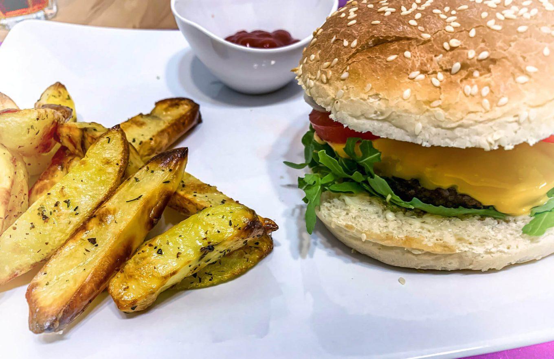 Burger z rukolą i zdrowe frytki
