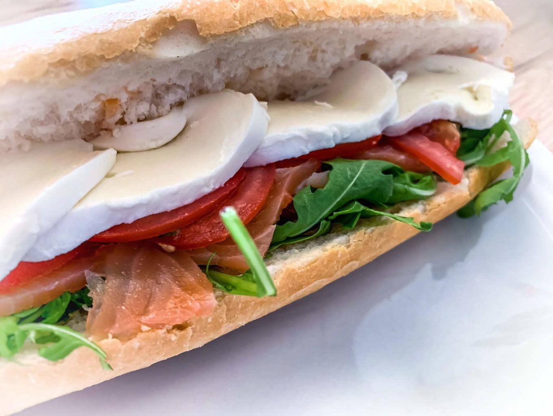 Grillowana kanapka z rukolą i łososiem