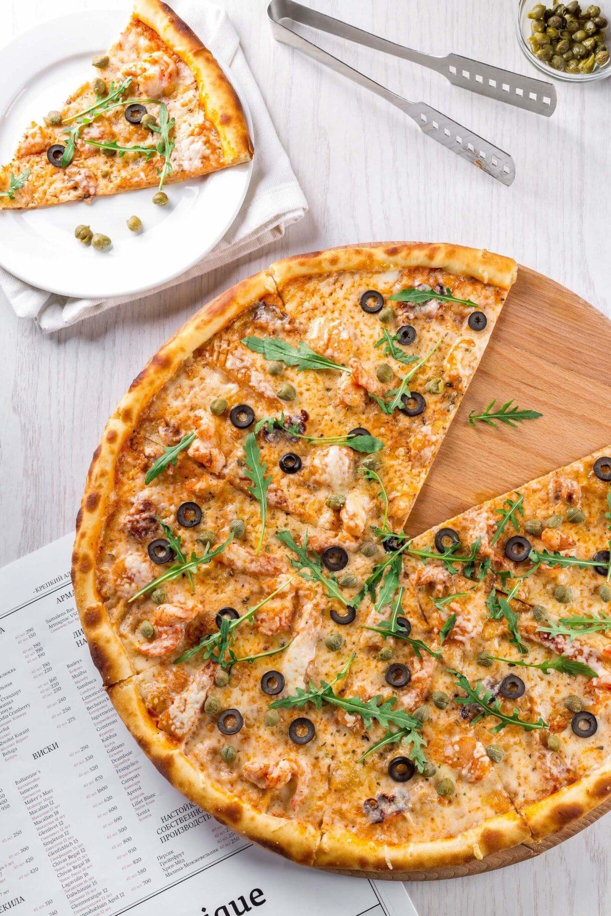 Pizza z oliwkami na cienkim cieście