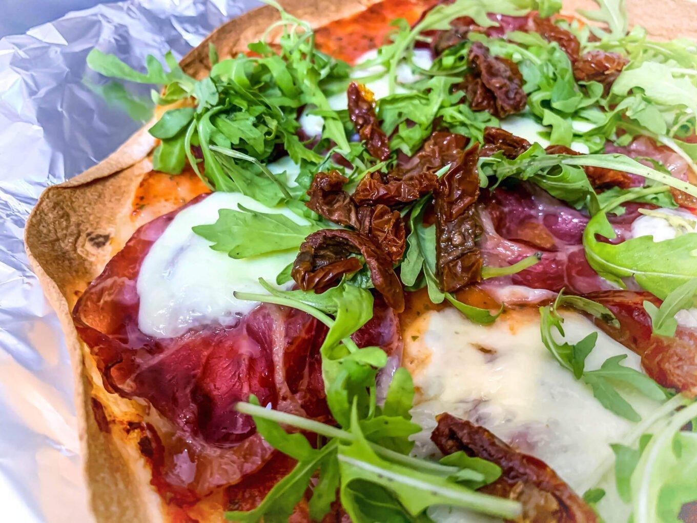 Pizza z włoską szynką