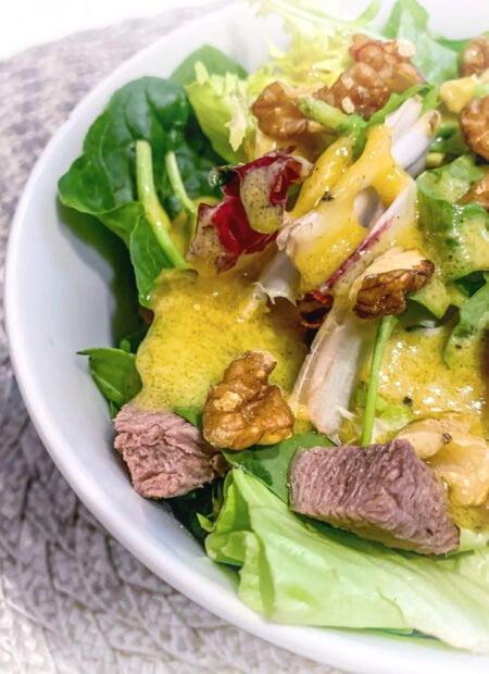 Sałatka z wołowiną i sosem musztardowym