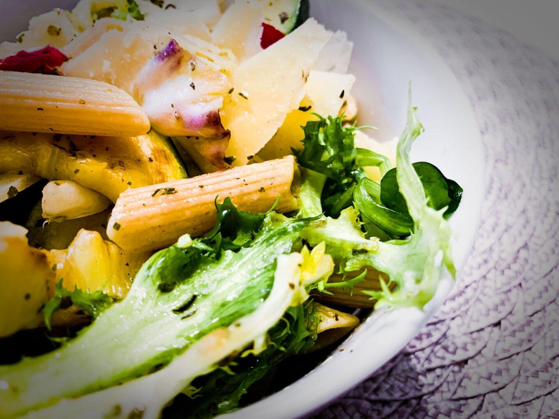 Zdrowa i dietetyczna sałatka z makaronem