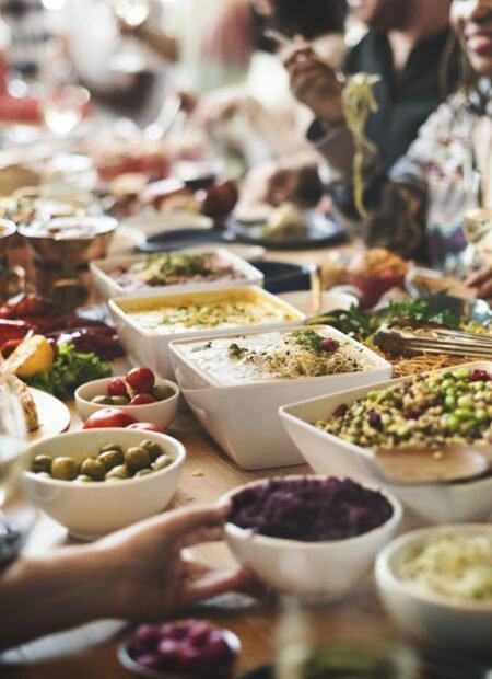 Jak zorganizować uroczysty rodzinny obiad bez gotowania?